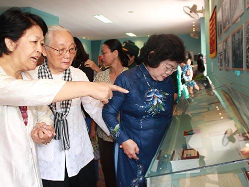 """Bà Tôn Nữ Thị Ninh (bìa trái) tham quan triển lãm chuyên đề """"Đóng góp của phụ nữ miền Nam trong công tác ngoại giao qua 2 cuộc kháng chiến chống Pháp và chống Mỹ"""" tại TP HCM ngày 6-3 Ảnh: PHAN ANH"""