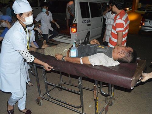 Cấp cứu người bị nạn trong vụ tai nạn giao thông do tài xế nghiện ma túy gây ra ngày 1-10 tại Đắk Lắk
