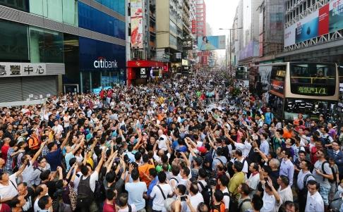Hàng ngàn người biểu tình tập trung ở khu mua sắm Vượng Giác (Mongkok) và vịnh Đồng La (Causeway Bay) ngày 3-10. Ảnh: SCMP