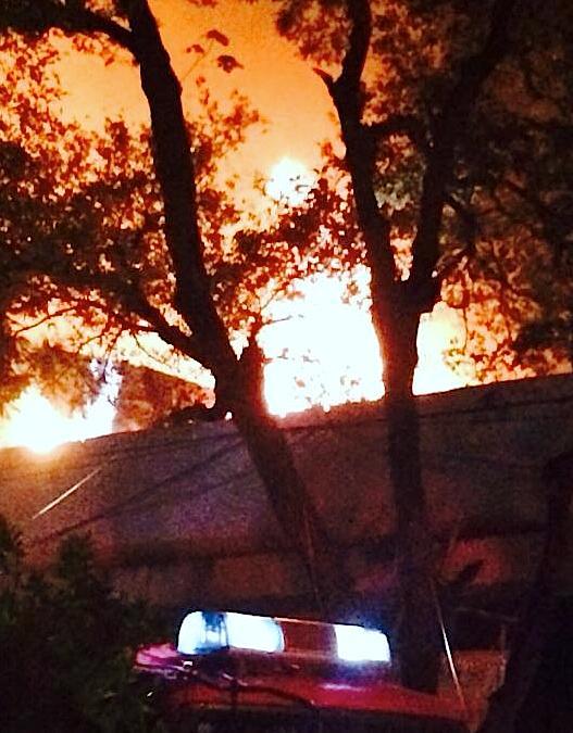 Ngọn lửa bốc cao hàng chục mét sức nóng kinh người