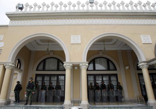 Lực lượng cảnh sát án ngữ trước cổng Tòa nhà chính phủ hôm 29-3. Ảnh: Reuters