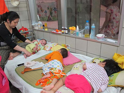 Bệnh nhi điều trị bệnh sởi tại Bệnh viện Bạch Mai chiều 19-4