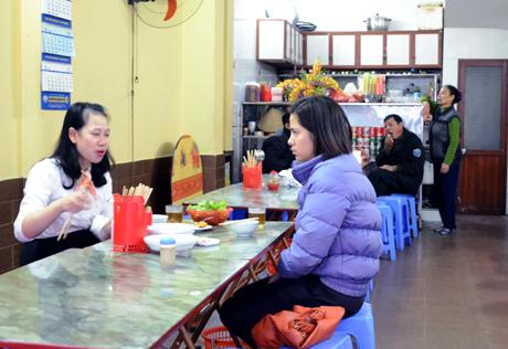 Thực khách đang ăn bánh tại quán.