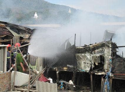 Lực lượng Cảnh sát PCCC và cứu nạn- cứu hộ, Công an tỉnh có mặt kịp thời để dập tắt đám cháy.
