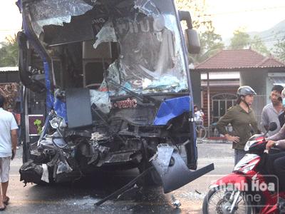 Sau khi tông trực diện, đầu xe khách biến dạng.