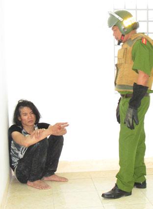 Nguyễn Văn Thà (ngồi), đối tượng dùng dao khống chế người nhà làm con tin được đưa về trụ sở Công an phường Nguyễn An Ninh (TP.VT).