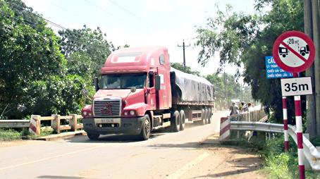 Xe chở bauxite chạy qua cầu trên đường 769. ảnh K.L