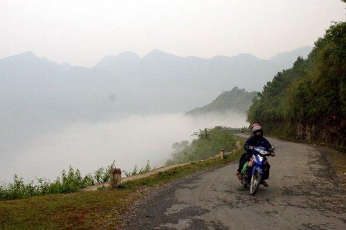 Mây luồn trên lưng đèo Bắc Sum trong ánh hoàng hôn - Ảnh: Mộc Hà