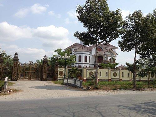 Biệt thự của ông Trần Văn Truyền xây dựng tại quê nhà sau khi rời chức vụ Tổng Thanh tra Chính phủ Ảnh: MINH SƠN