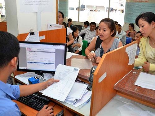 Thuế là một trong những ngành có rất đông cán bộ, nhân viên hưởng lương từ ngân sách. Trong ảnh: Trao đổi về thủ tục thuế ở Cục Thuế TP HCM Ảnh: TẤN THẠNH