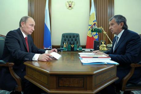 Tổng thống Vladimir Putin và chủ tịch công ty Rosneft Igor Sechin. Ảnh: Kremlin