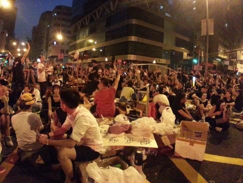 Người biểu tình ăn uống... Ảnh: SCMP