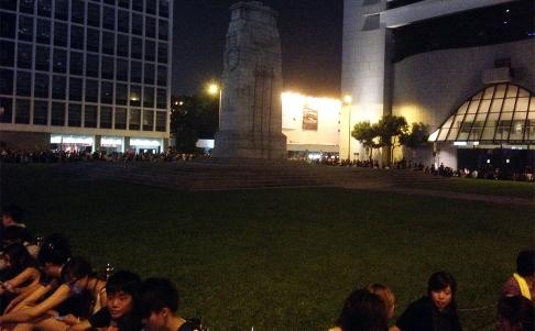 Không một ai đứng hay ngồi lên bãi cỏ ở khu Trung Hoàn. Ảnh: SCMP