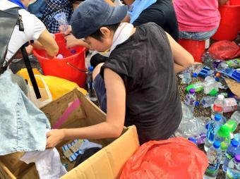 Các bạn trẻ phân loại rác trước khi dọn gọn lại. Ảnh: Twitter