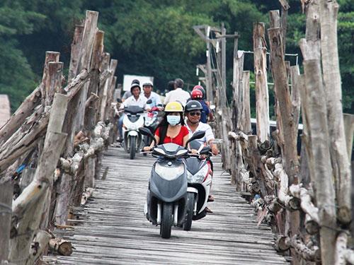 Nhiều vụ tai nạn đã xảy ra khi người dân qua lại cầu gỗ Phú Kiểng (TP Nha Trang)