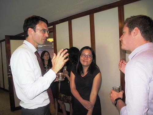 Ông Jopst Koehler (bìa trái), Trưởng Phái đoàn IOM tại Việt Nam, trao đổi về việc giúp Việt Nam bảo hộ công dân ở nước ngoài