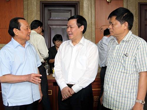 Ông Vương Đình Huệ (giữa) trao đổi với ông Lê Thanh Hải, Ủy viên  Bộ Chính trị, Bí thư Thành ủy TP HCM và các đại biểu tại buổi làm việc Ảnh: TTXVN