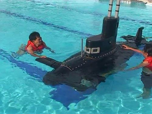 Tàu ngầm Yết Kiêu 1 trong lần thử nghiệm tại hồ bơi của Trường Trung cấp Kỹ thuật Hải quân TP HCM năm 2010.  (Ảnh do ông Phan Bội Trân cung cấp)