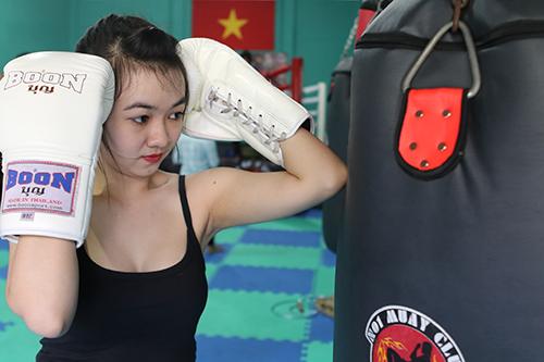 Các đòn gối và choỏ đặctrưng của muay cũng không làm nữ võ sĩ mất đi vẻ gợi cảm