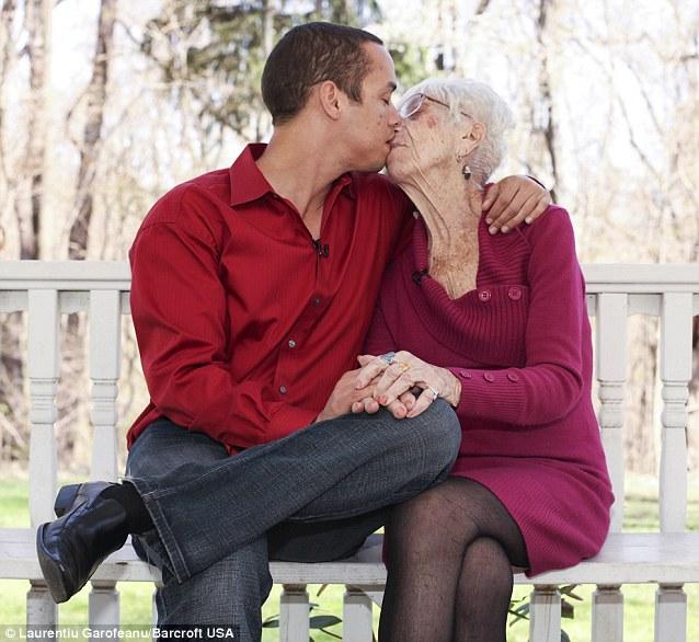 Cặp đôi chàng 31, nàng 91 không thể rời nhau