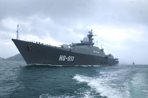 Tàu Đinh Tiên Hoàng đè sóng, dẫn đầu đội hình biên đội hướng ra biển Đông.