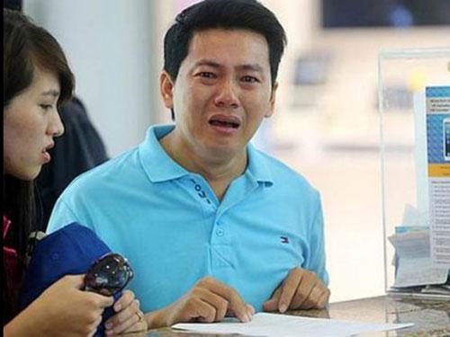 Anh Phạm Văn Thoại phát khóc trước sự bắt chẹt của cửa hàng Ảnh: The Straits Times