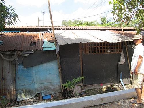 """Vì chủ đầu tư """"ngâm"""" dự án dải cây xanh cách ly KCN Lê Minh Xuân hơn 10 năm nên người dân bị """"treo"""" quyền lợi, nhà xuống cấp không thể sửa chữa Ảnh: Thu Sương"""