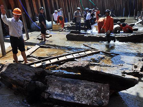 Nhiều phần trong xác con tàu cổ có niên đại 700 năm sau khi được trục vớt cổ vật (năm 2013) đã bị người dân lấy xác tàu đem bán Ảnh: Tử Trực