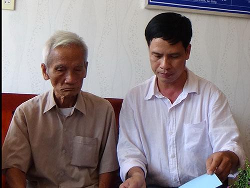 Ông Huỳnh Văn Truyện (trái) cho biết sẽ vào TP HCM để gặp con Ảnh: Bạch Long