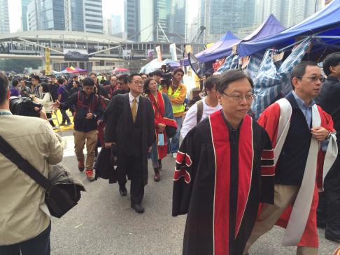 Hàng ngàn người biểu tình có mặt ở Kim Chung qua đêm. Ảnh: SCMP