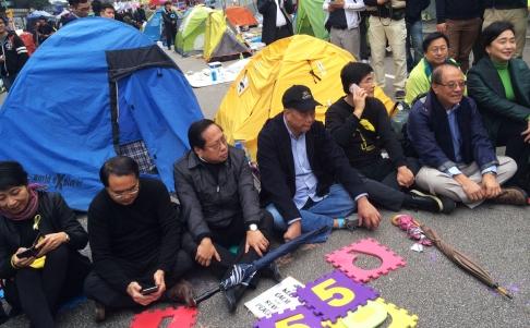 Từ trái qua: nhà lập pháp Claudia Mo, Lee Wing-tat, Albert Ho, ông trùm truyền thông Jimmy Lai cùng nghị sĩ Sin Chung Kai, Yeung Sum và Emily Lau. Ảnh: SCMP