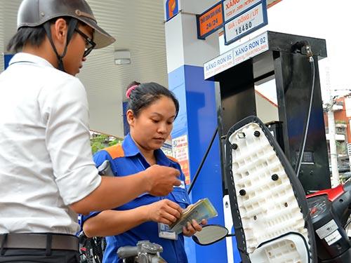 Giá xăng giảm nhưng niềm vui người tiêu dùng chưa trọn vẹn. Trong ảnh: Một điểm bán xăng tại TP HCM Ảnh: Tấn Thạnh