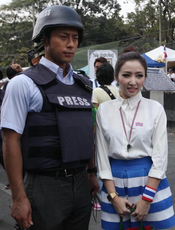 Phóng viên Enami chụp hình với một cô gái đi biểu tình ở Bangkok ngày 3-2. Ảnh: Bangkok Post