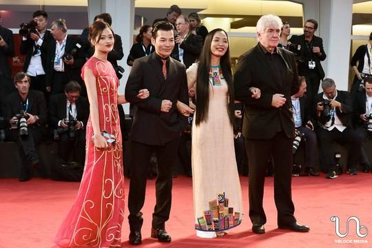 Đoàn làm phim gồm: Nguyễn Thuỳ Anh, Trần Bảo Sơn, đạo diễn Nguyễn Hoàng Điệp, đồng sản xuất người Pháp Thierry Lenouvel (từ trái sang) trên thảm đỏ LHP Venice.