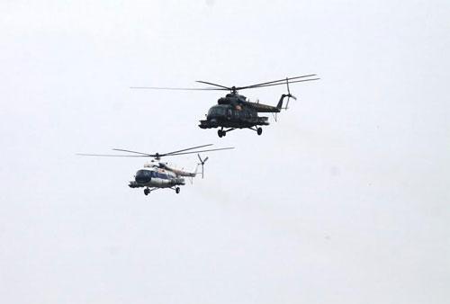 Trực thăng vũ trang cũng tham gia oanh kích mục tiêu.