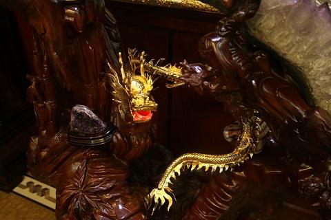 Linh thú ngọa long được mạ vàng trong căn biệt thự.