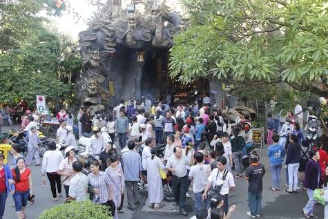 Tấp nập người dâng hương tại chùa Phổ Quang