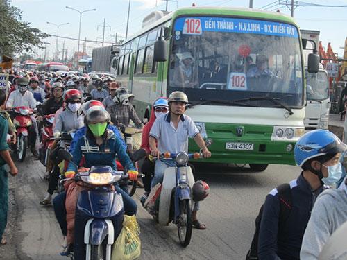 Phương tiện giao thông ùn ứ trên Quốc lộ 1, đoạn giao với đường Võ Văn Kiệt (huyện Bình Chánh, TP HCM) Ảnh: Lương Sơn