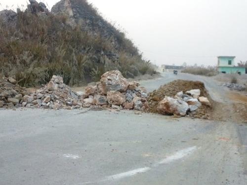 Đổ đất đá chặn xe tải ra vào