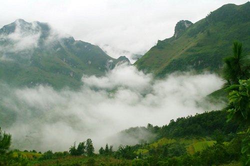 Mây trắng bao phủ những ngọn núi ở thị trấn Tam Sơn, Quản Bạ - Ảnh: Khiết Hưng