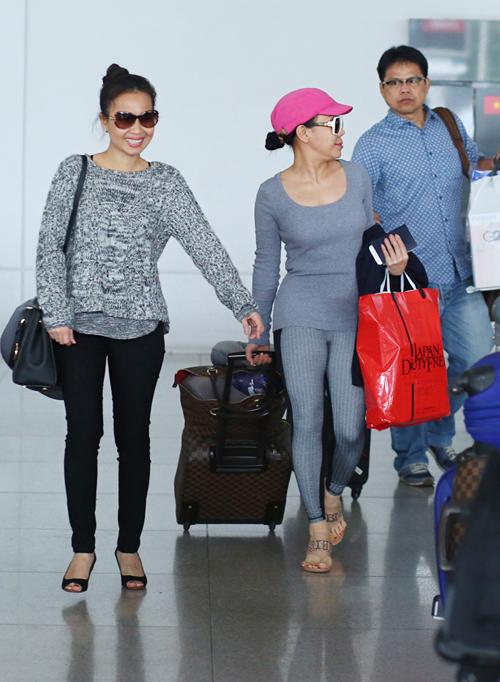 Việt Hương và Cẩm Ly tại sân bay chiều 13-10