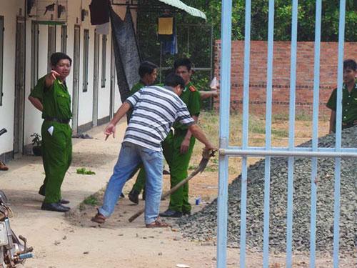 Lực lượng công an khám nghiệm hiện trường vụ án mạng