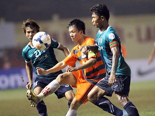 Tiền vệ Trần Mạnh Dũng (giữa) trong trận V. Ninh Bình gặp CLB Yangon United của Myanmar Ảnh: HẢI ANH