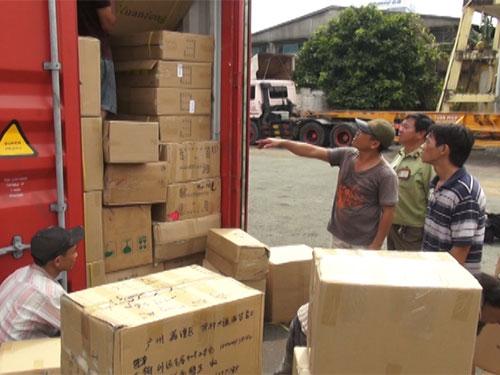 Lực lượng chức năng kiểm đếm hàng hóa trong các container  Ảnh: VIẾT THUẬN