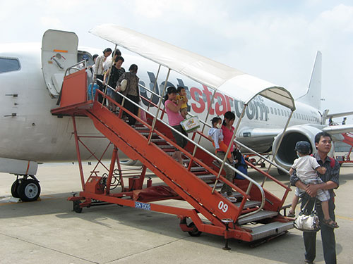 Hành khách đến sân bay Đà Nẵng Ảnh: Tấn Thạnh