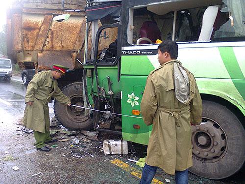 Hiện trường vụ xe khách tông xe tải tại Thừa Thiên - Huế Ảnh: QUANG NHẬT