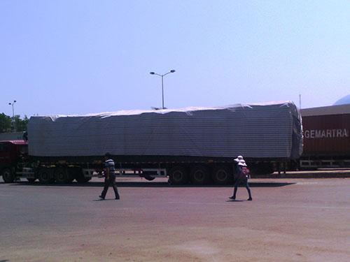 Nhiều xe chở gỗ siêu trường siêu trọng ở cửa khẩu Lao Bảo an toàn về xuôi  Ảnh: QUANG TÁM