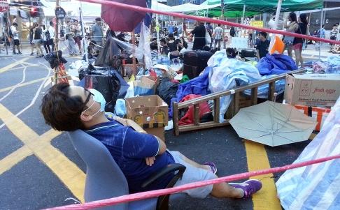 Ăn, ngủ ngay trên đường phố. Ảnh: SCMP