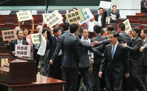 Đặc khu trưởng Hồng Kông bị ném ly nước