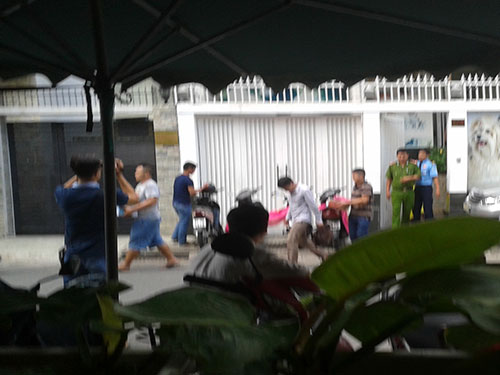 Công an khám xét nơi ở của Nguyễn Anh Tuấn ở đường Hoa Lan, phường 2, quận Phú Nhuận, TP HCM trưa 7-10